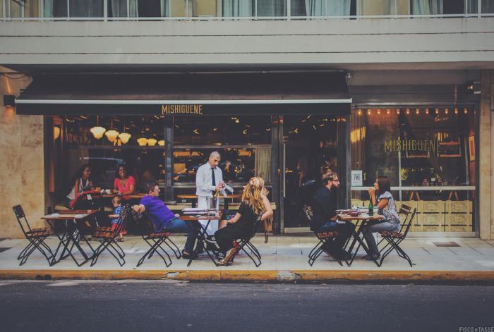 Quante persone al tavolo del ristorante in zona gialla?